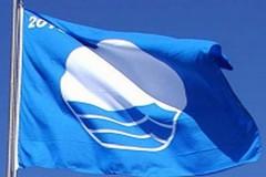 """Il sindaco Marrano consegna la quarta """"Bandiera blu"""" alla città"""
