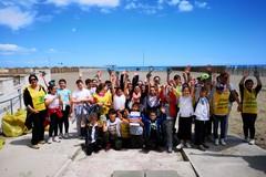 Gli studenti tornano a ripulire la spiaggia libera dai rifiuti