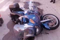 Frontale fra auto e moto, ferito conducente dello scooter