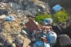 """Calcinacci e rifiuti bruciati nell'area confinante con la """"Telecom"""""""