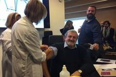 Carenza di sangue in Puglia, Emiliano va a donare