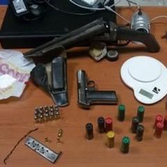Deteneva illegalmente armi e droga