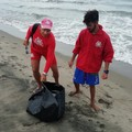 Bagnini puliscono le loro postazioni in spiaggia dalla plastica