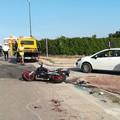 Incidente fra auto e moto sulla SP5, tre feriti