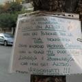 """""""Io sono un albero e non un bidone per la tua monnezza """", il cartello comparso su un albero"""