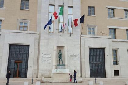 Bandiera francese sul palazzo della Regione Puglia a Bari