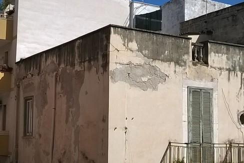 Palazzo abbandonato da anni, pericolo per i passanti