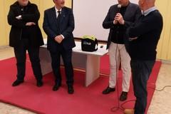 Il consigliere regionale Caracciolo dona defibrillatore a scuola