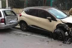 Auto travolge due vetture parcheggiate in via Africa Orientale