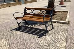 Panchina vandalizzata sul lungomare Cristoforo Colombo