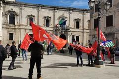 Esclusi dal Decreto Sostegni, lavoratori agricoli protestano davanti alla Prefettura