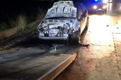 Auto in fiamme sulla SP 141