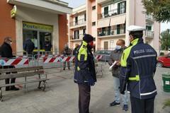 Un dispiegamento di forze dell'ordine pattuglia le strade della città
