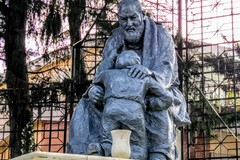 Monumento a Padre Pio verniciato, lo scultore: «Intervenire prima che la vernice venga assorbita in profondità»