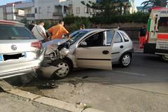 Malore mentre è alla guida, perde il controllo del mezzo e si schianta contro auto parcheggiata