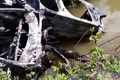 Carcasse di auto recuperate dal fiume Ofanto