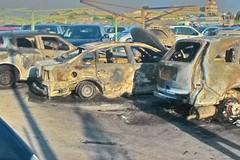 Incendiate 24 auto nel parcheggio comunale