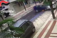 Il video dello schianto contro le auto in sosta