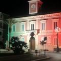 Le facciate degli edifici pubblici si illuminano con il tricolore