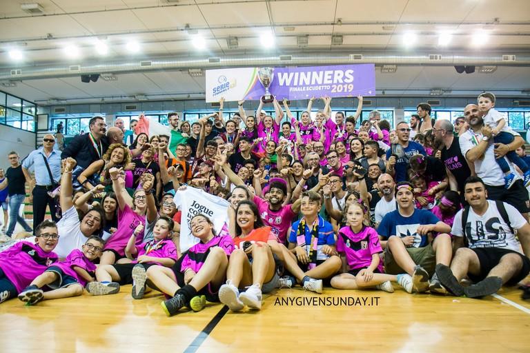 La Futsal Salinis festeggia lo scudetto. <span>Foto Anygivensunday</span>