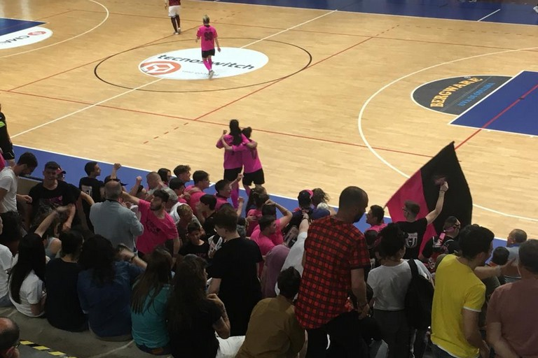 L'esultanza delle rosanero al gol del 2-1. <span>Foto Luca Ferrante</span>