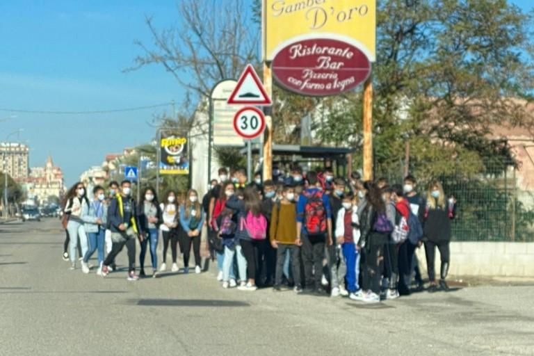 Anche a Margherita di Savoia assembramenti alla fermata del bus